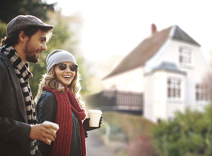 Guide til boligkøb, par foran hus