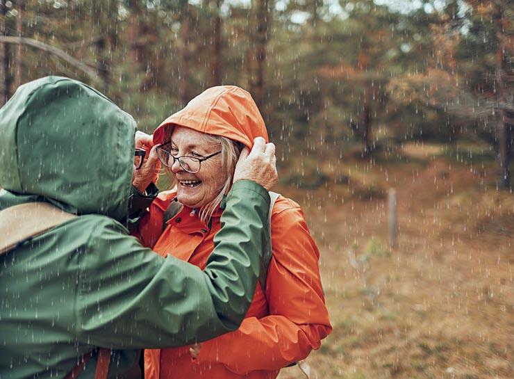 Pensionister på tur i regnvejr